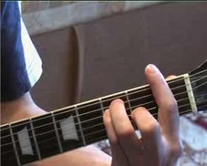 Как играть аккорды баррэ?