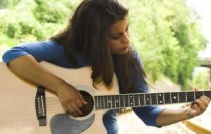 Мечтаете быть душой компании. Песни под гитару