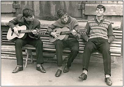 с гитарой на скамейке